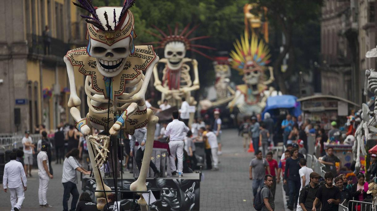 Personas participando en el desfile de Día de Muertos 2017